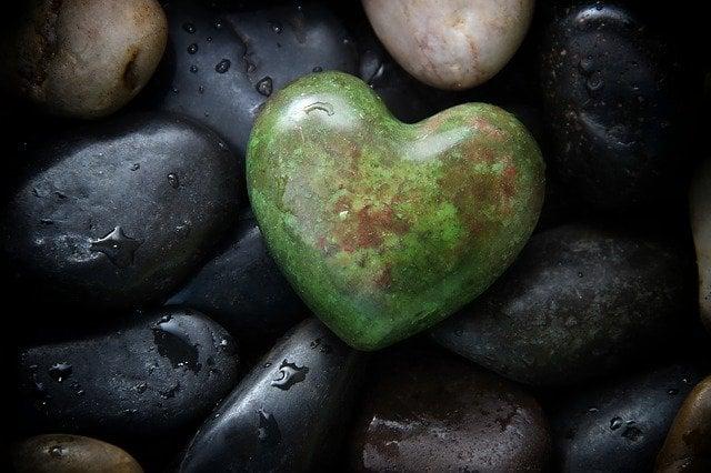 simpatia com pedra preta