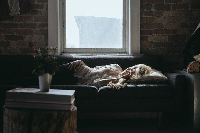 O que significa sentir a presença de alguém em seu quarto?